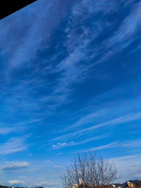 Mjesec okupan oblacima