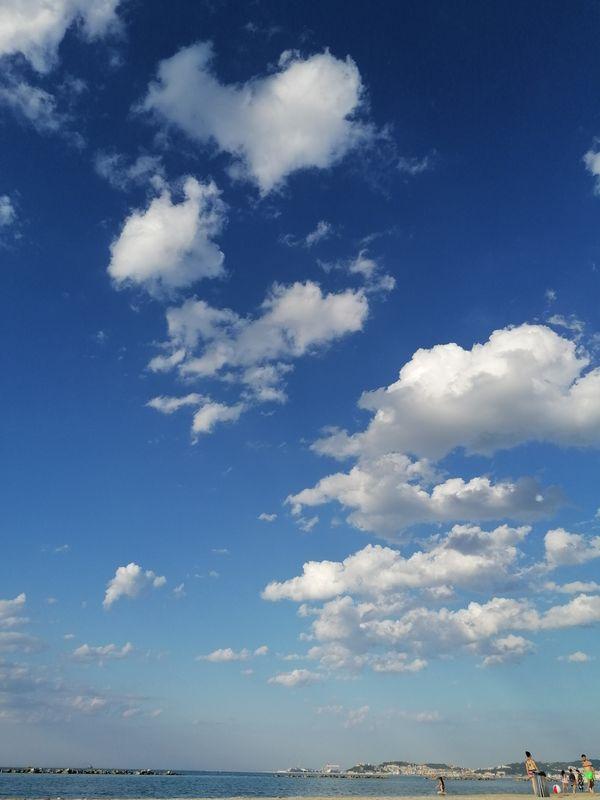 Nuvola a forma di cuore in mezzo ad altre nuvole