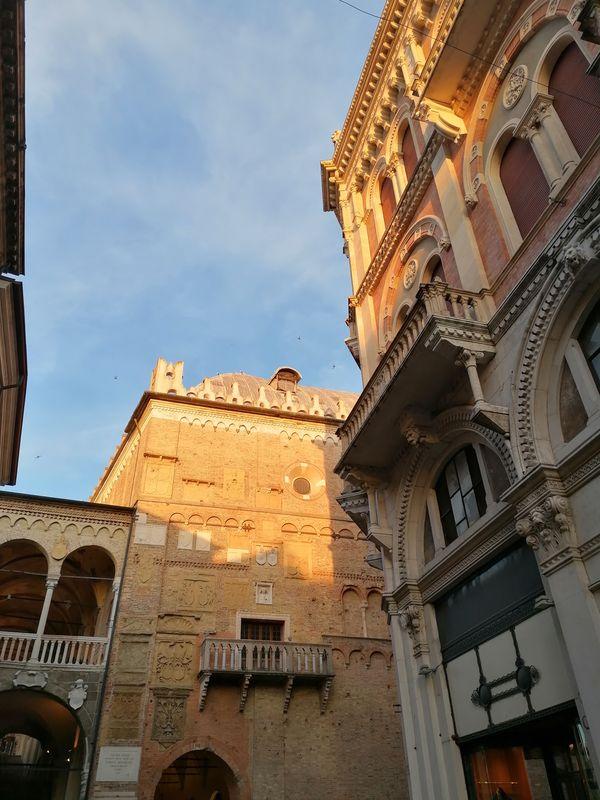 The setting sun that hits the Palazzo della Ragione, in Padua - Il sole del tramonto che colpisce il Palazzo della Ragione, a Padova