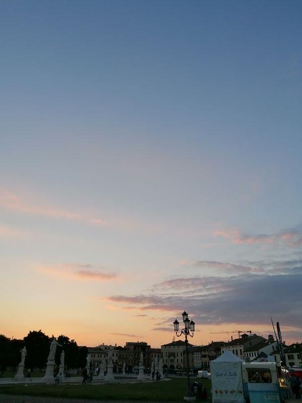 A beautiful sunset behind Prato della Valle, in Padua - Un bellissimo tramonto dietro Prato della Valle, a Padova