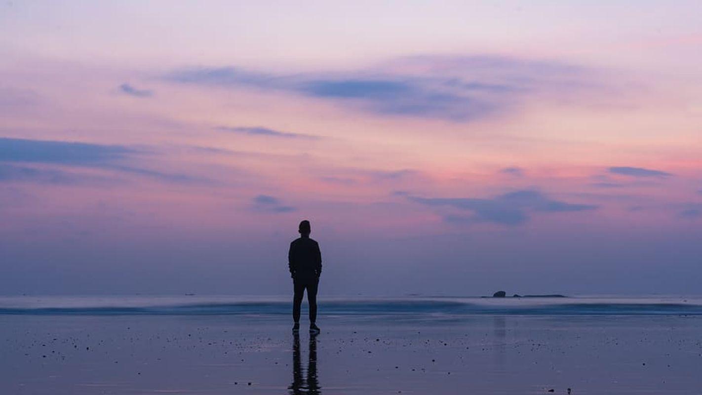 Silhouette-of-man-standing-on-seashore