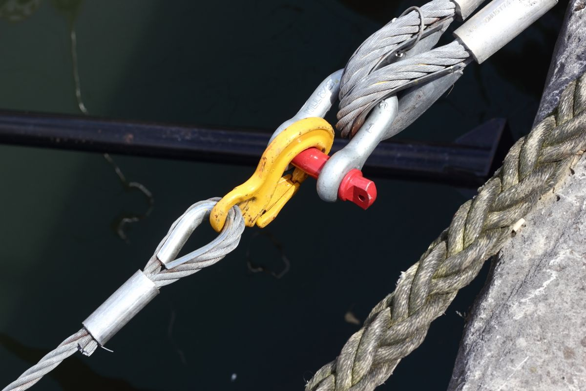 Securing a houseboat