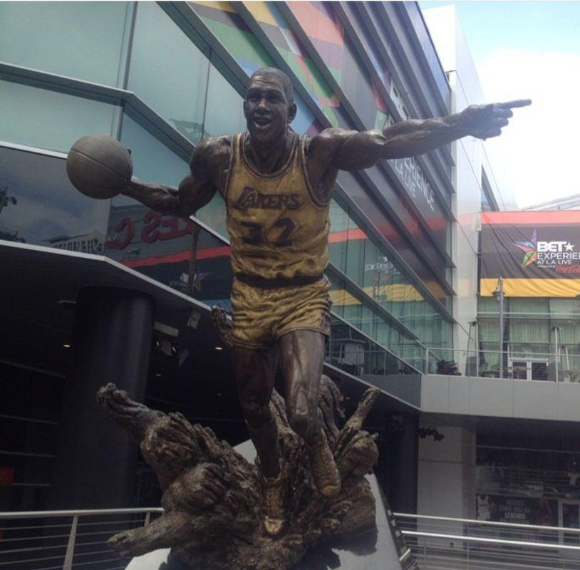Basket baller statue