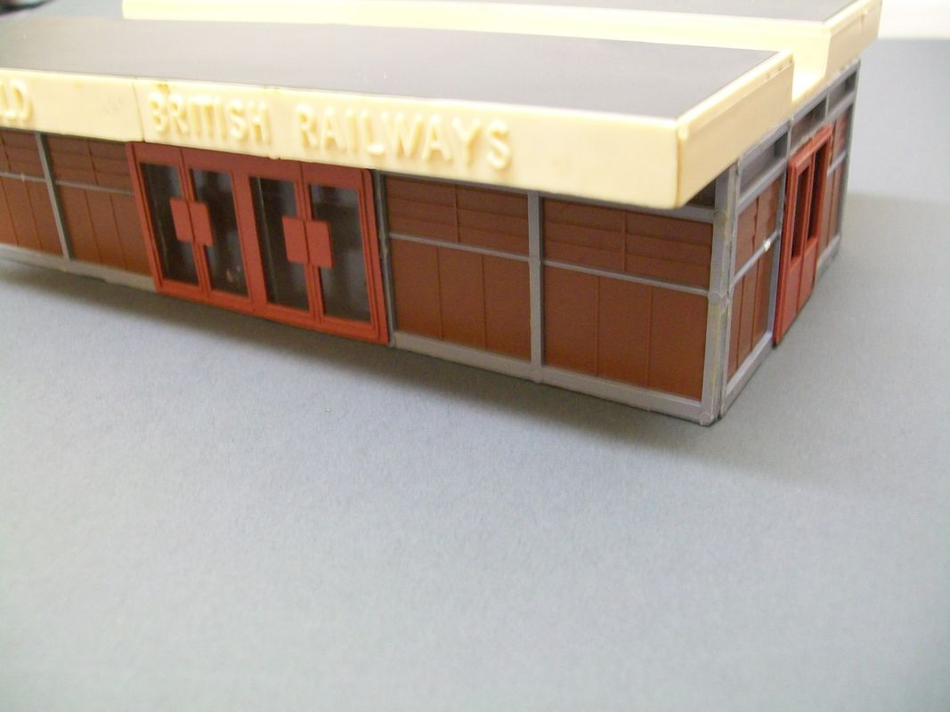 (Jouef) Playcraft HO station building 1:87 scale instead of the usual OO gauge 1:76